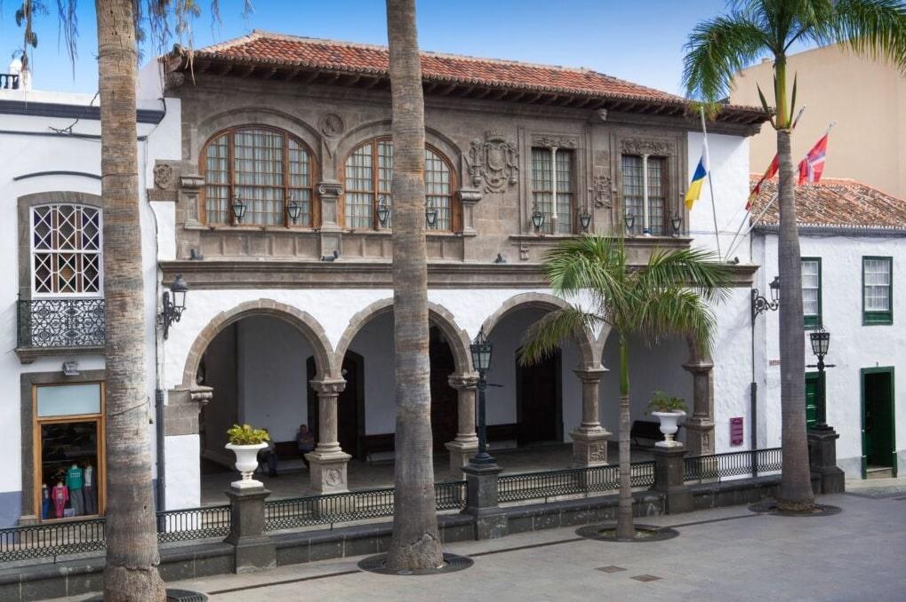 Vista del Ayuntamiento de Santa Cruz de La Palma desde la Plaza de España